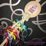 Leánybúcsú fakanál Cuki menyasszonyos színes szalagokkal